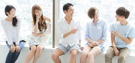 笑顔で集う友達グループ