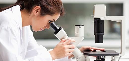 顕微鏡を覗く白衣の女性